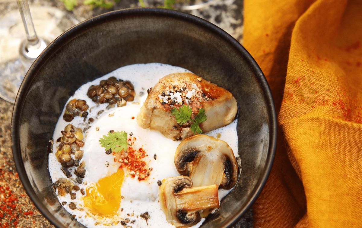 Oeuf poché aux lentilles vertes, à la crème de champignons et foie gras de canard du Périgord poêlé